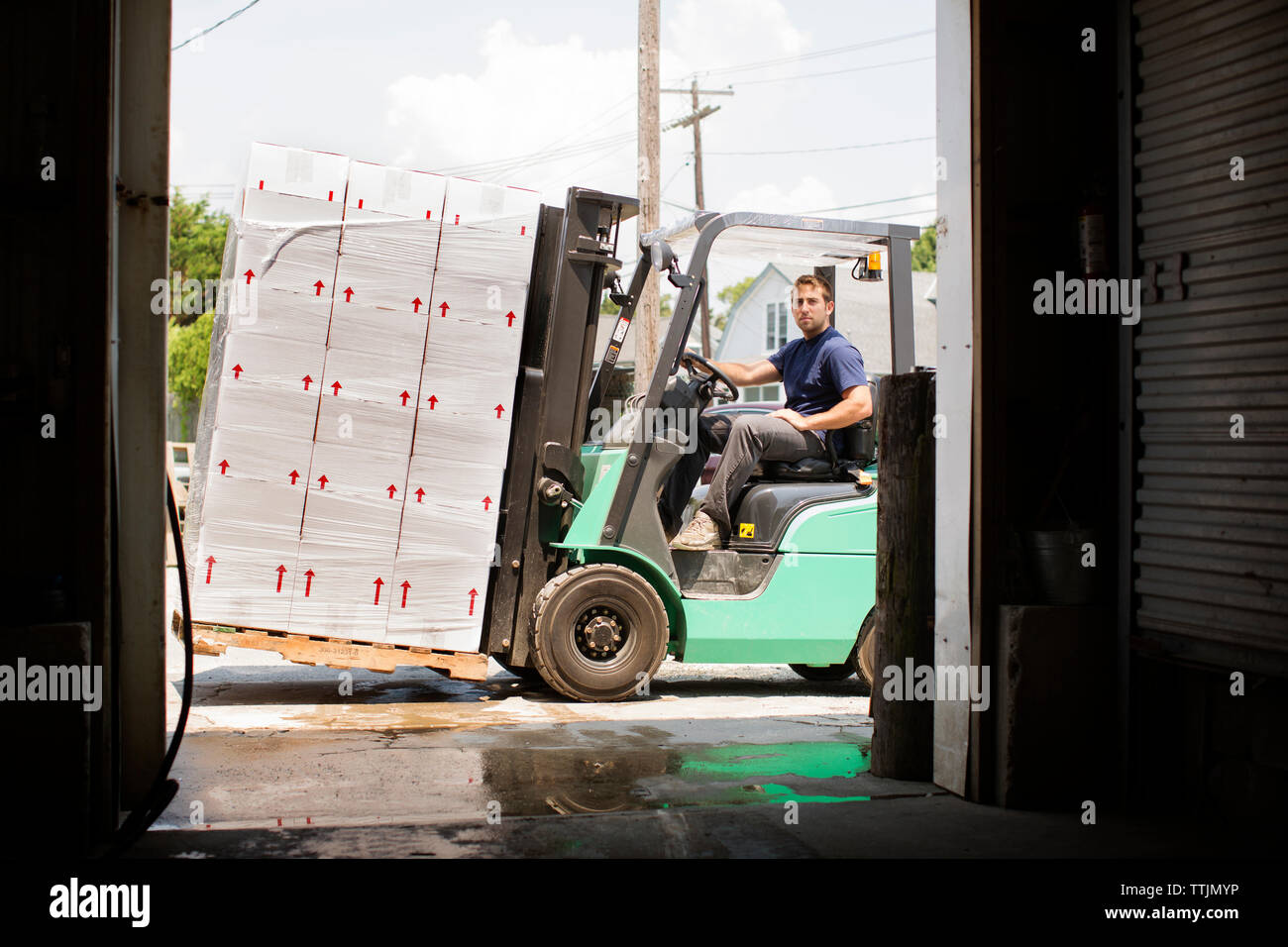 Portrait d'un homme roulant chariot élévateur dans l'industrie de la pêche Photo Stock