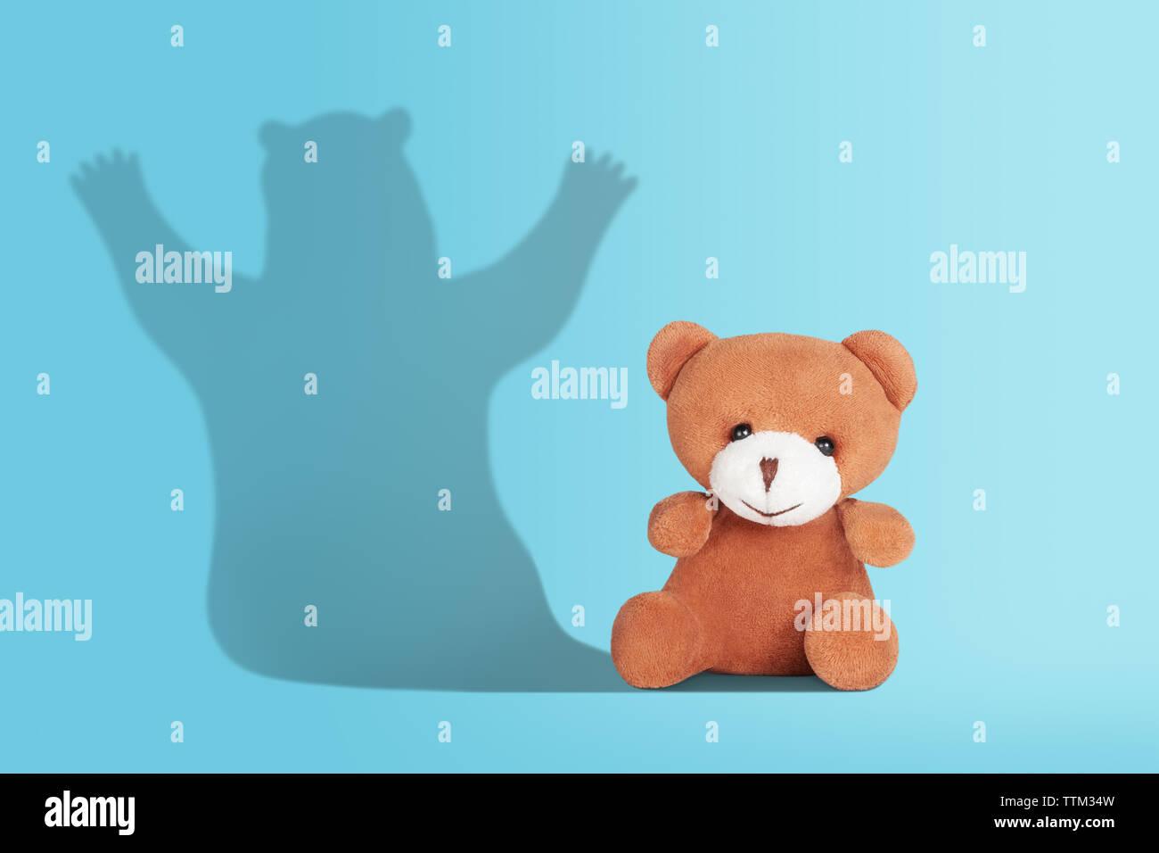 Ours en peluche jouet avec l'ombre d'un vrai grand ours sauvage. Être plus, un potentiel caché, de grands projets, d'ambition ou dream concept Photo Stock
