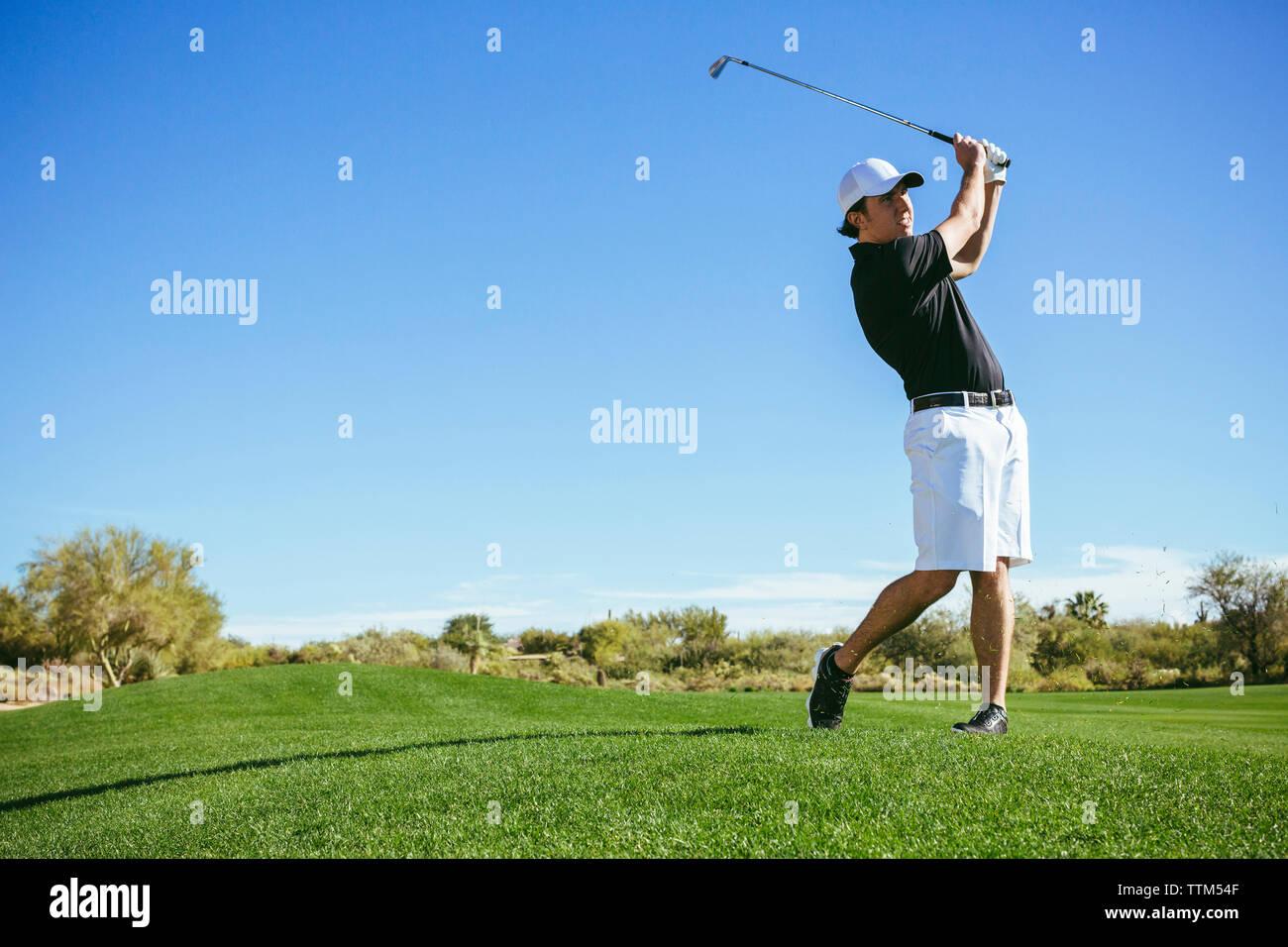 Sur le terrain de jeu du golfeur against sky Banque D'Images