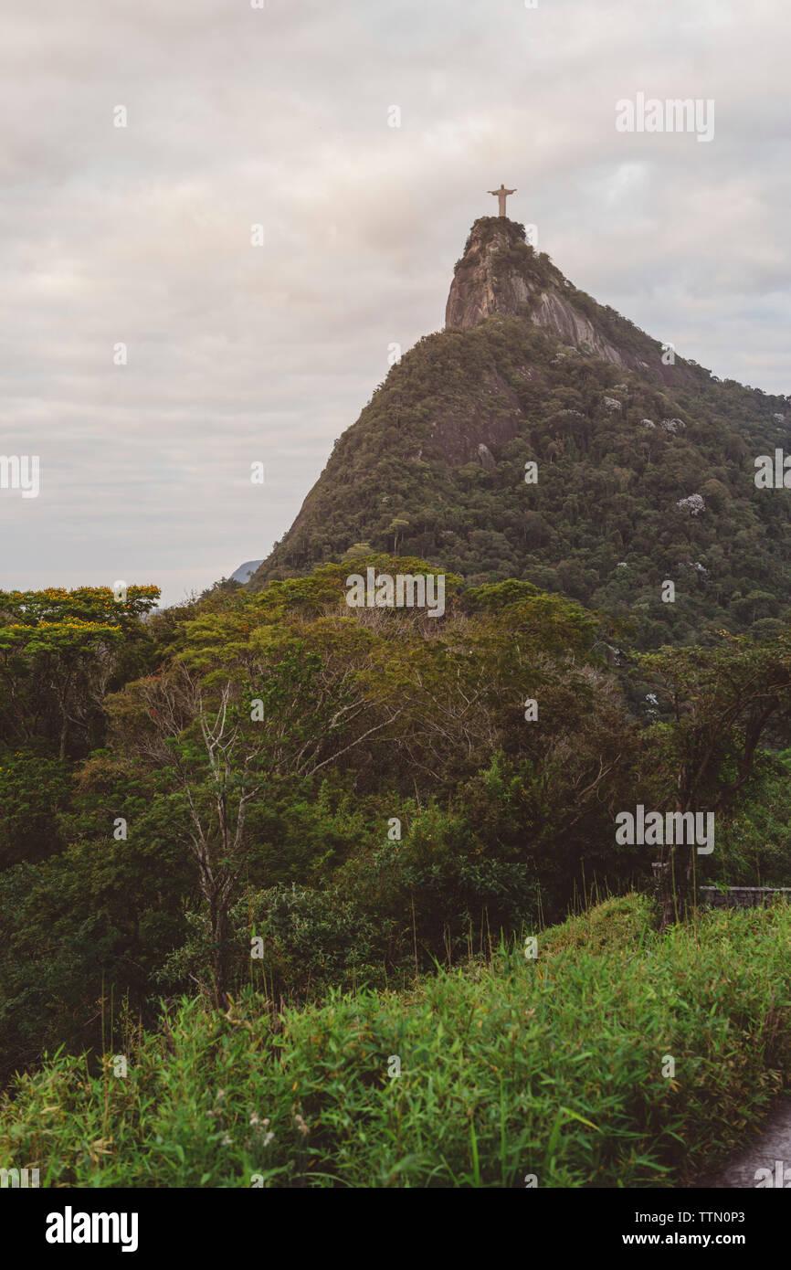 Vue éloignée du Christ Rédempteur sur mountain contre ciel nuageux Banque D'Images