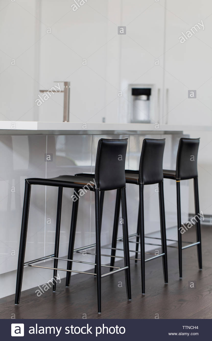 Des chaises disposées dans la cuisine à la maison Photo Stock