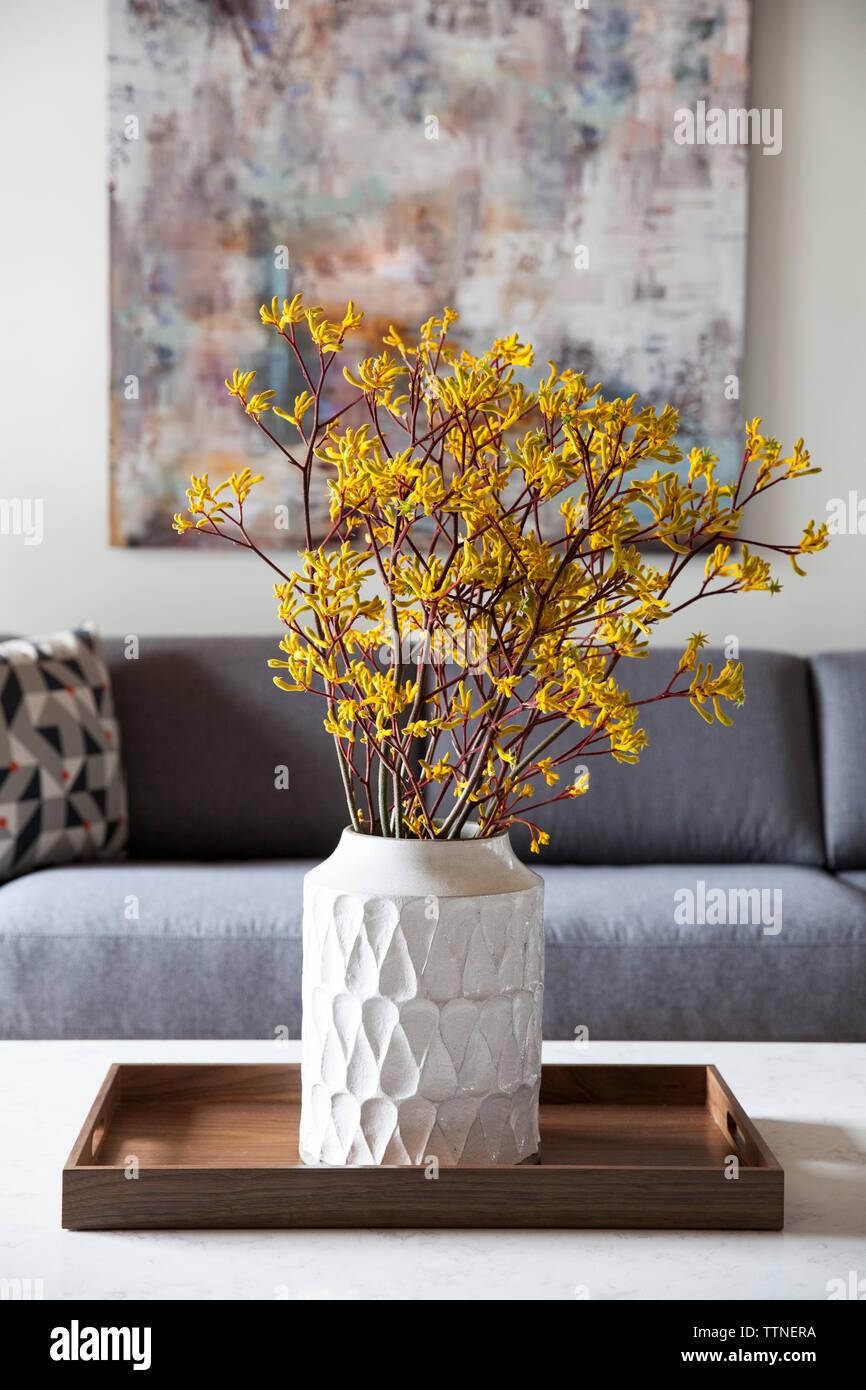 Fleurs dans un vase sur la table Banque D'Images
