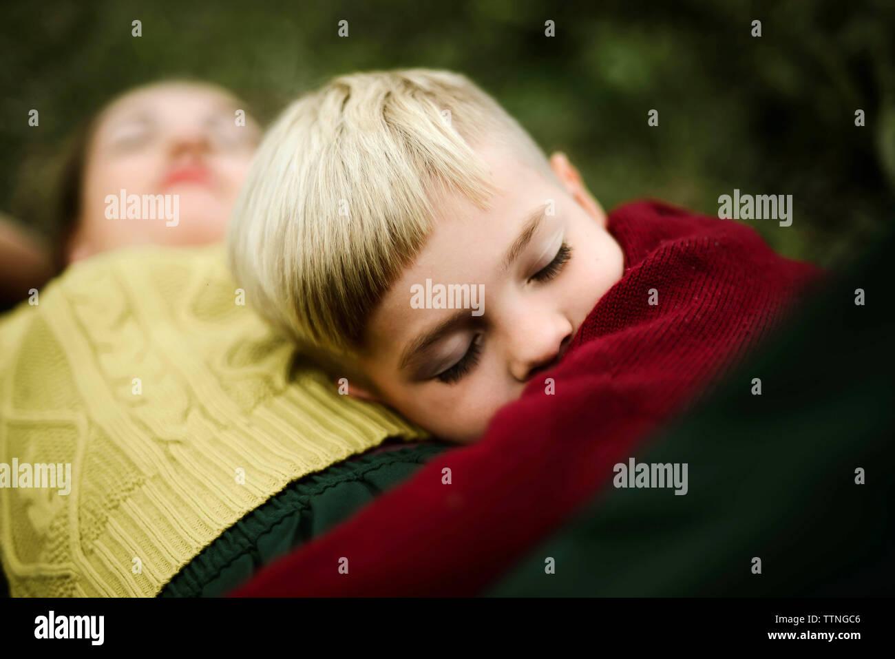 Faire place au fils mère sur terrain à la campagne Banque D'Images