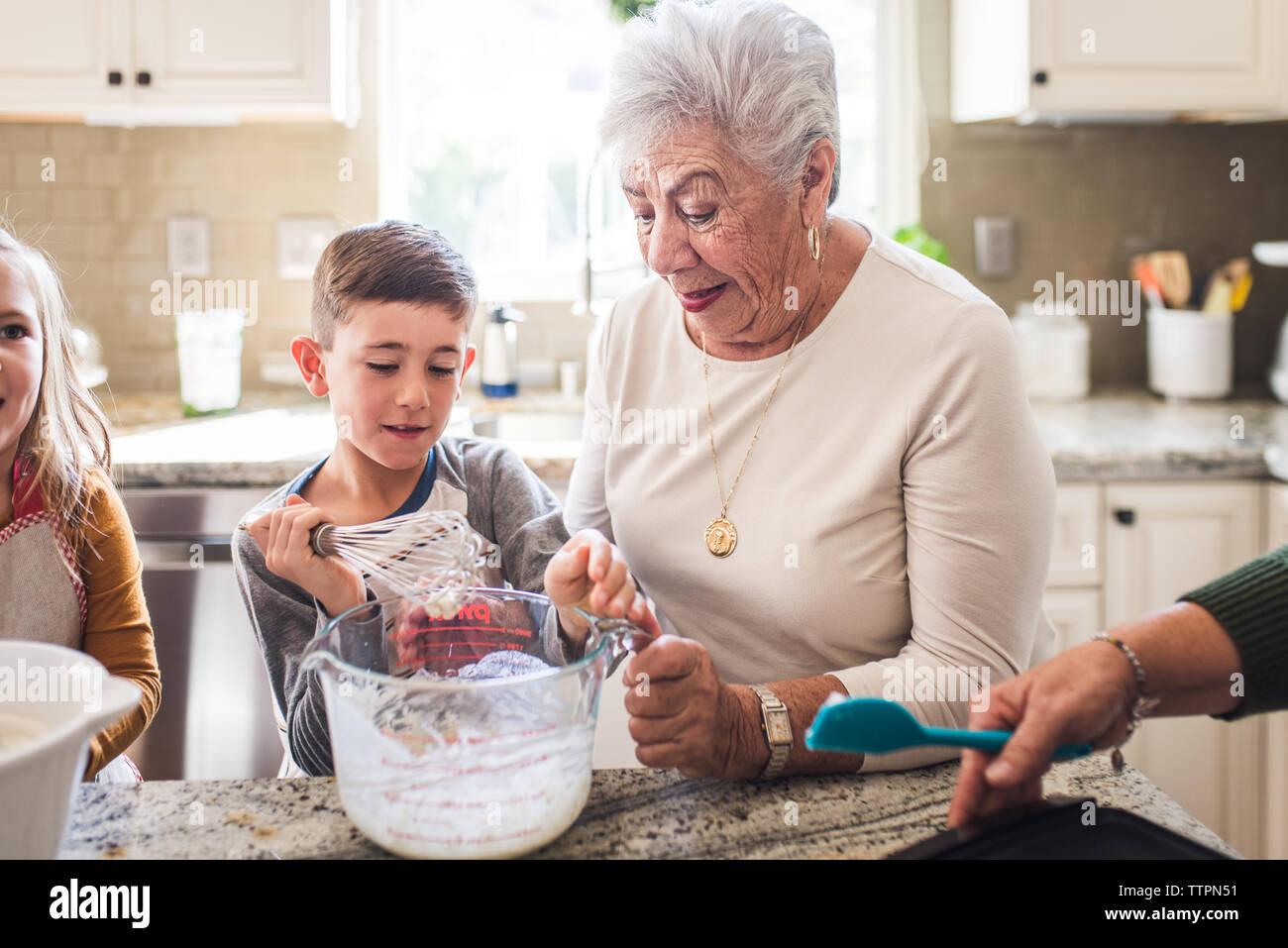 Cuisine familiale multigénérationnelle des crêpes pour le petit déjeuner Banque D'Images