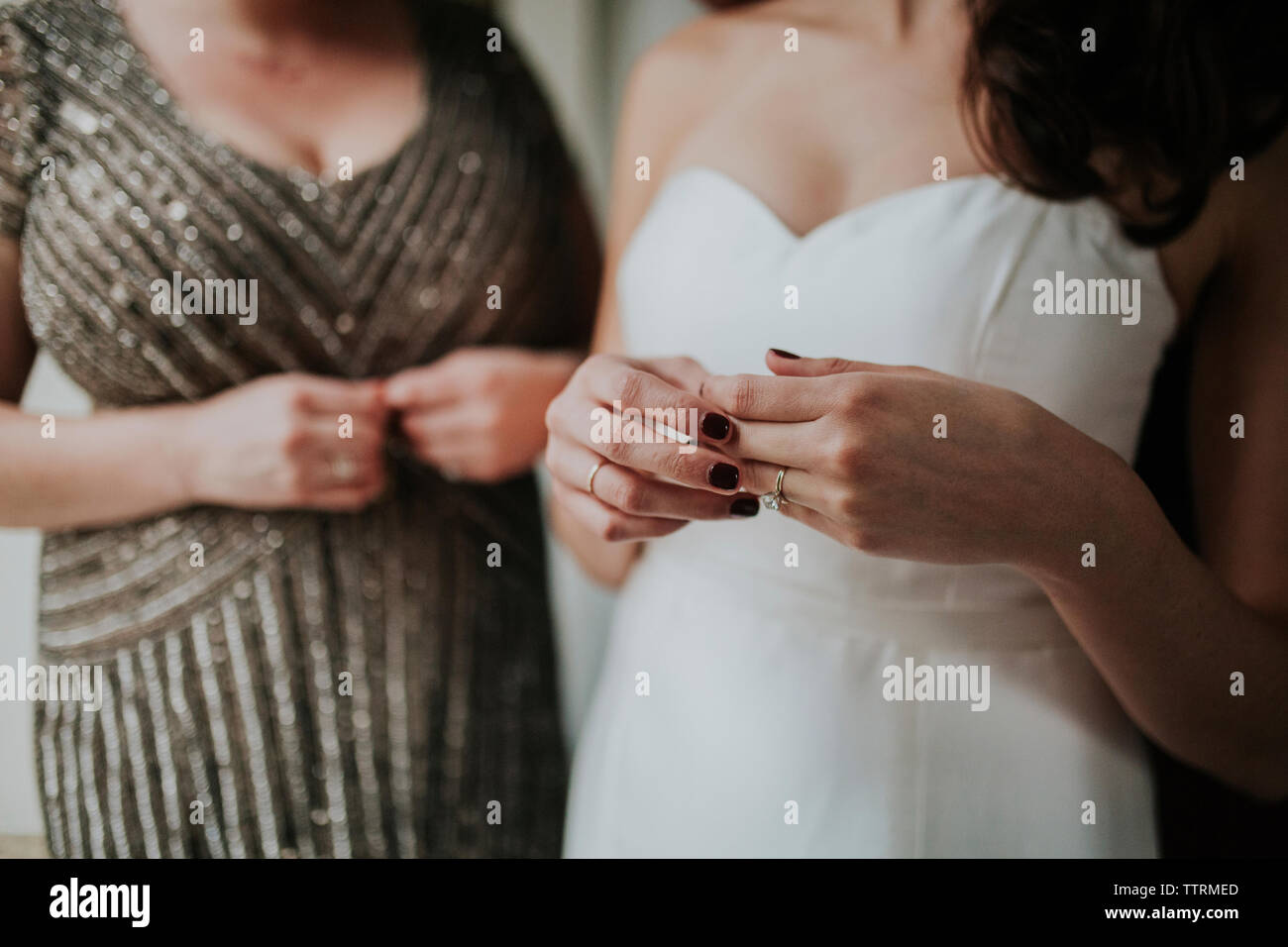 Au milieu du port de mariée robe de mariage alors que l'article 46 par Photo Stock
