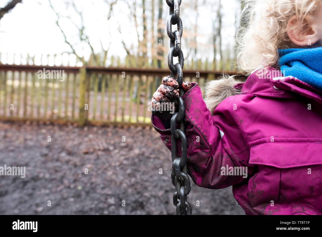 Portrait of Girl with muddy part jouer sur la balançoire au parc pendant la saison des pluies Banque D'Images
