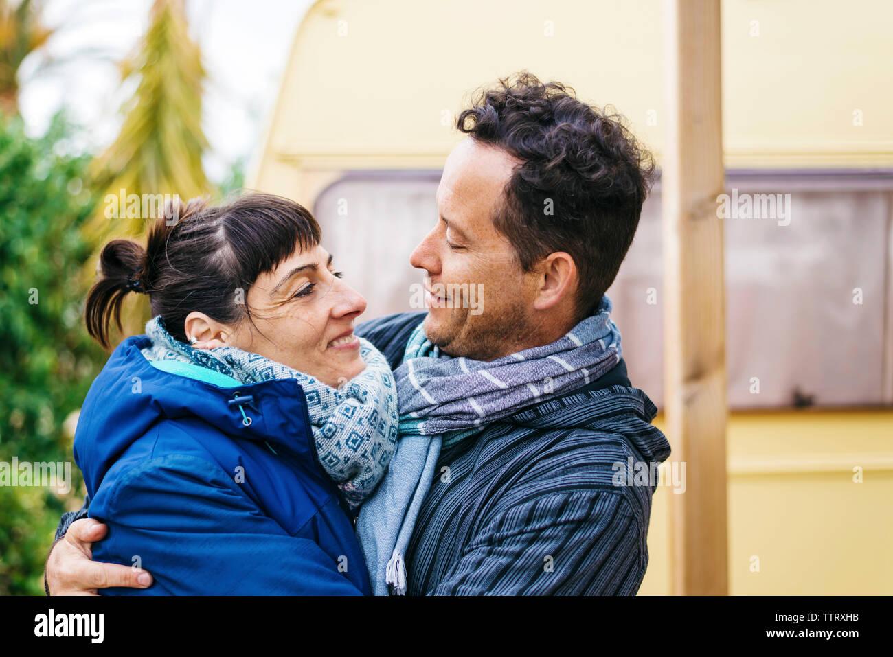 Couple standing en plein air tout en serrant et à chaque autre Banque D'Images
