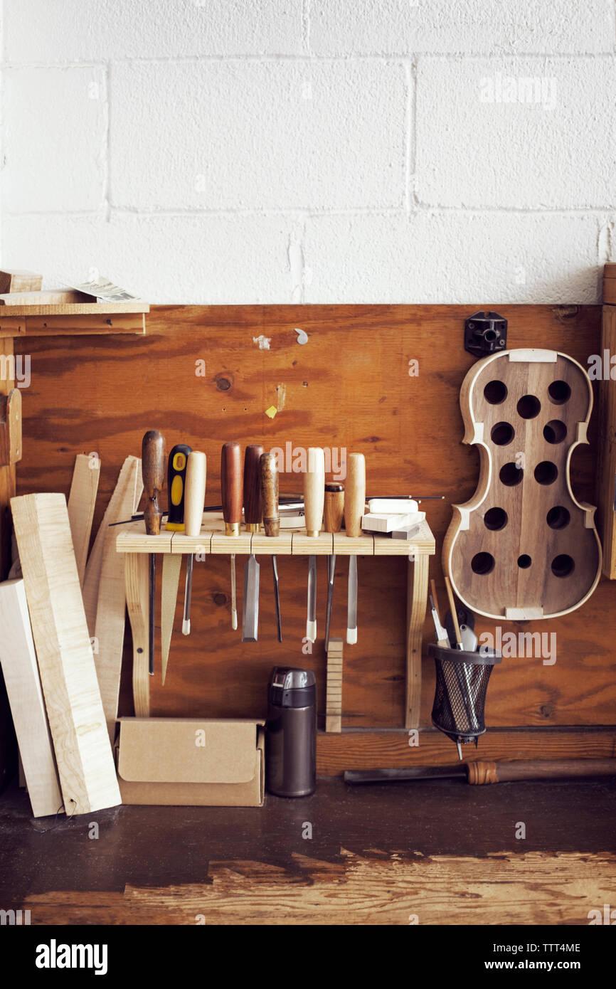 Outils à main et le bois en atelier Banque D'Images