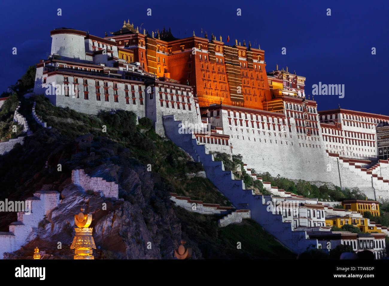Palais du Potala foncé: Vue de côté de l'accueil du dalaï-lama. La construction du palais a commencé en 1645, le dalaï-lama a déménagé dans le lieu en 1649. Banque D'Images