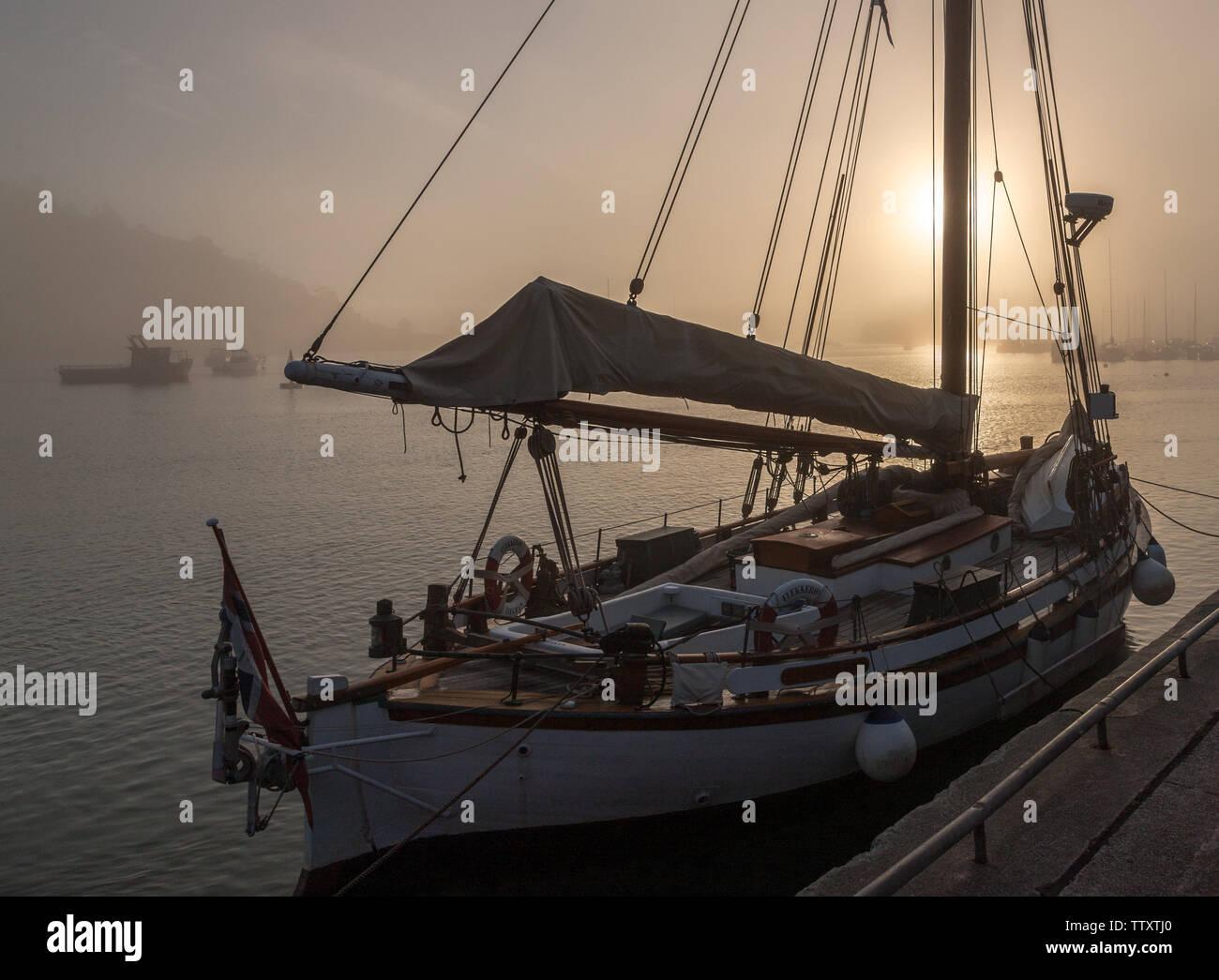 Crosshaven, Cork, Irlande. 18 Juin, 2019. Tôt le matin, le brouillard commence à se dissiper avec le soleil du matin sur le yacht norvégien qui Flekkeroy est lié à l'embarcadère à Crosshaven, co Cork, Irlande. Crédit: David Creedon/Alamy Live News Photo Stock