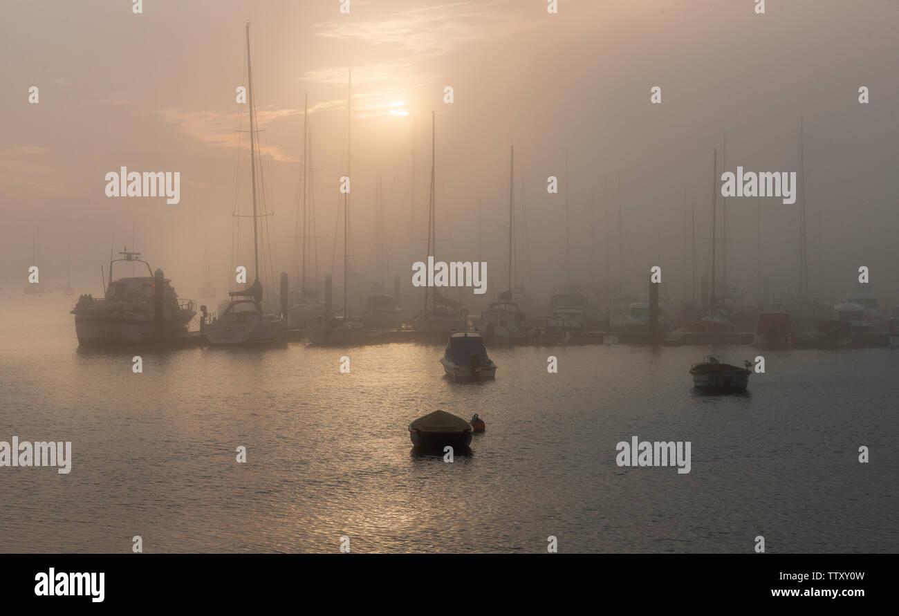 Crosshaven, Cork, Irlande. 18 Juin, 2019. Tôt le matin, le brouillard commence à se dissiper avec le soleil du matin sur les bateaux étroits jusqu'à la marina de Crosshaven, co Cork, Irlande. Crédit: David Creedon/Alamy Live News Photo Stock