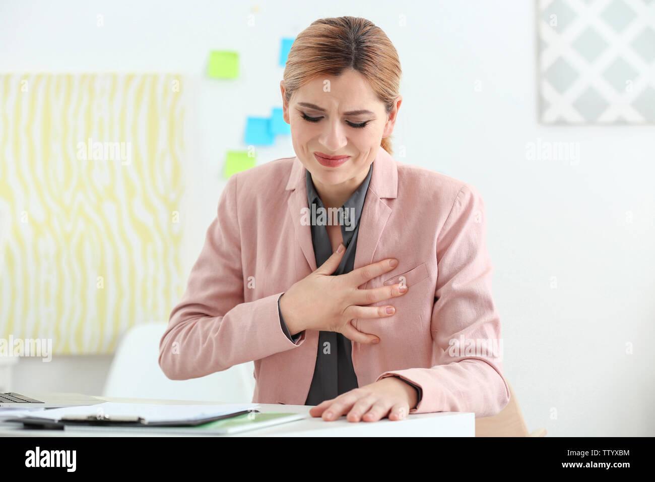 Belle femme souffrant de chagrin dans office Photo Stock