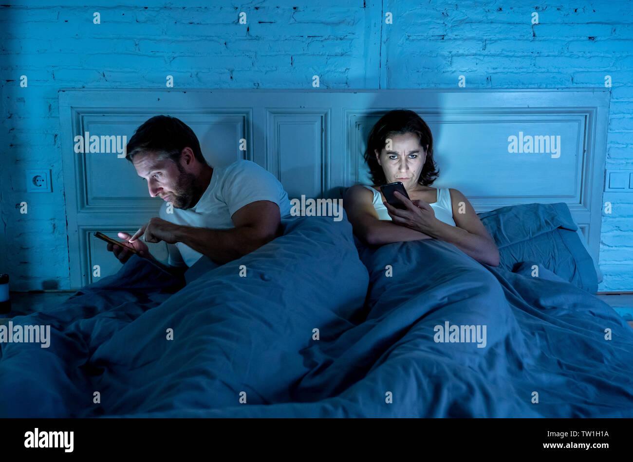 Le mode de vie des toxicomanes mobile homme mari et femme femme en colère frustrée et contrariée ignorés sentiment dans Internet, les médias sociaux et la technologie Jeux addi Photo Stock