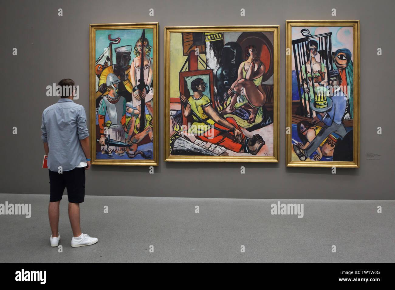 """Syndicat devant du triptyque 'La Tentation de Saint Antoine"""" (""""Tentation"""") par le peintre allemand Max Beckmann (1936-1937) affiché dans la Pinakothek der Moderne à Munich, Bavière, Allemagne. Photo Stock"""