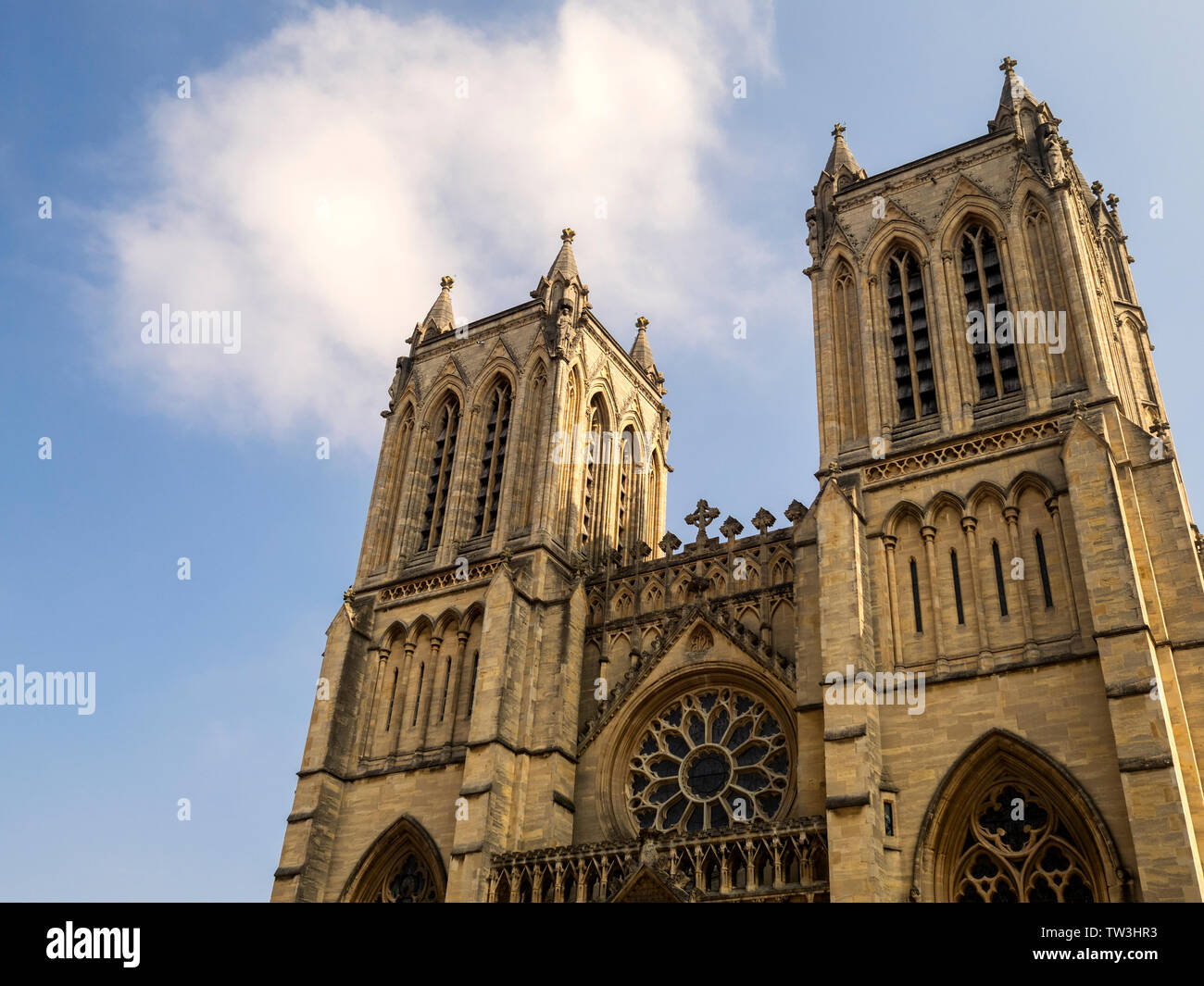Deux tours sur l'avant de l'ouest la cathédrale de Bristol, Bristol, England, UK Banque D'Images