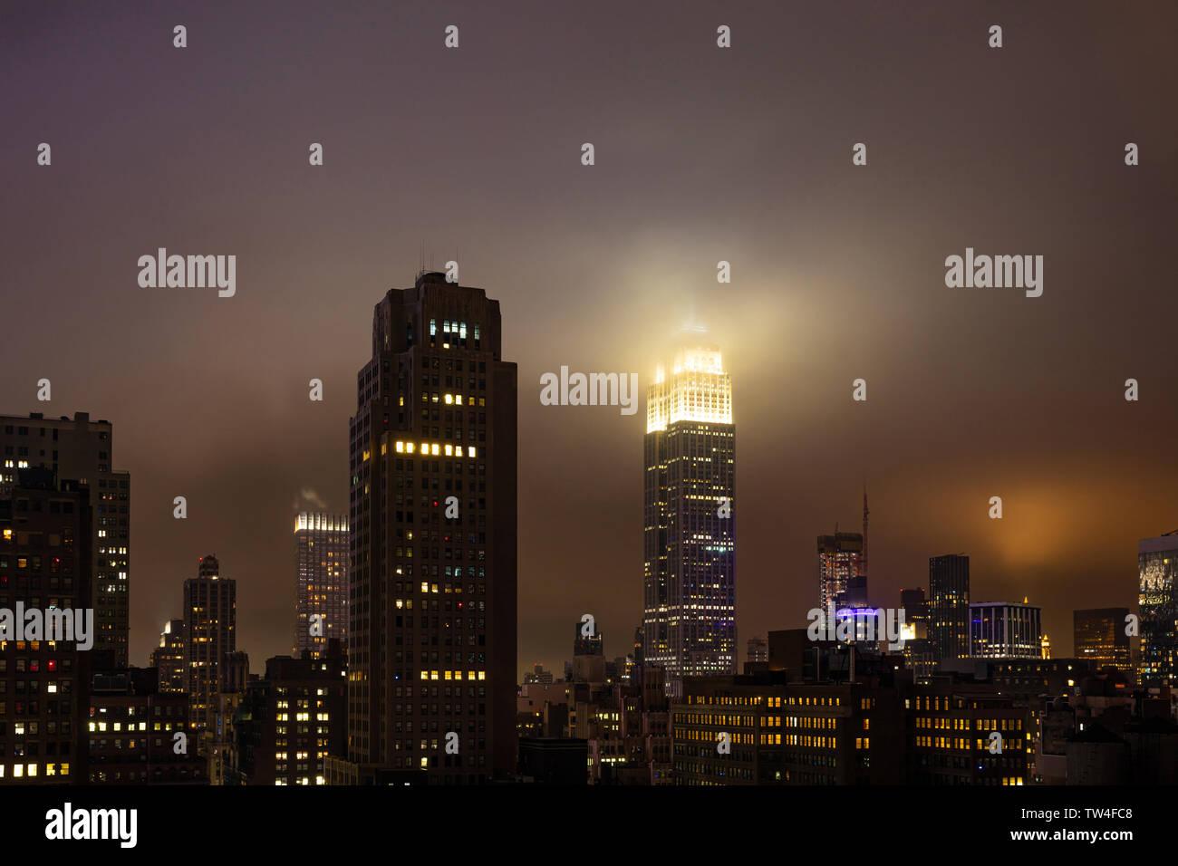 New York, USA. 5 mai, 2019. City skyline at night. Vue aérienne de grattes-ciel de Manhattan et l'Empire state building, éclairé Banque D'Images
