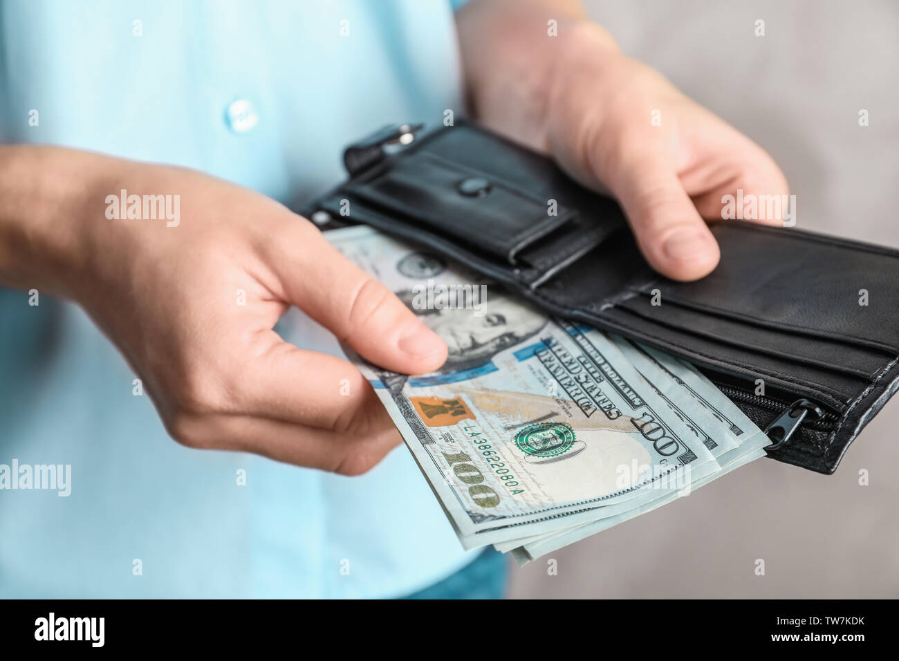 Woman holding wallet with dollar bills Banque D'Images