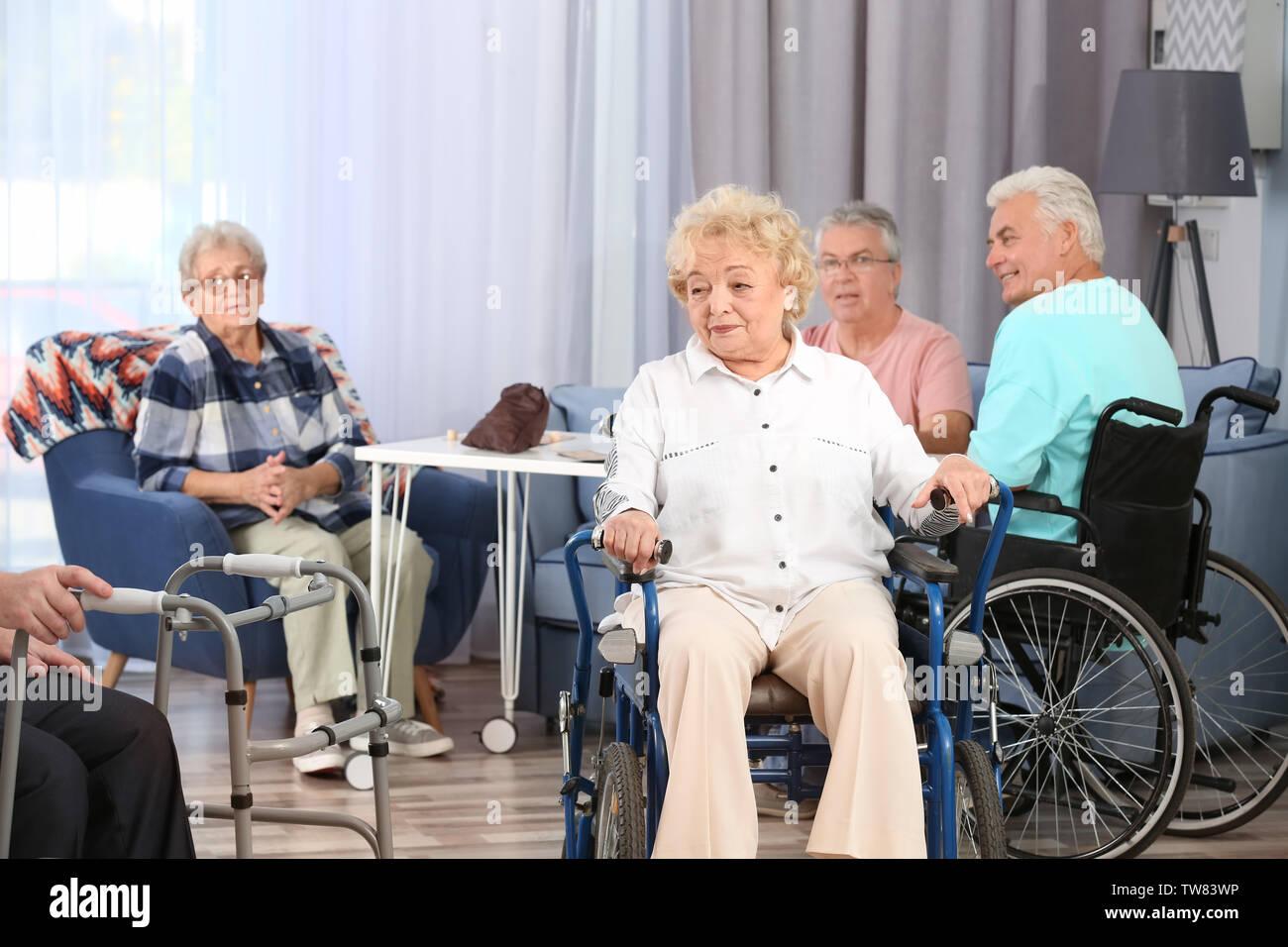 Les témoins de passer du temps ensemble à la maison de soins Banque D'Images