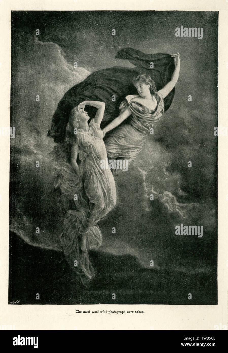 """Deux femmes apparaissent, angélique vêtue de matériau fluide qu'ils sont photographiés parmi les nuages. Le positionnement de la femme, comme s'ils flottent au-dessus de la terre contribue à leur apparence éthérée. Rédigé sous la photographie, il est décrit comme """"la plus belle photo jamais prise."""" 19e siècle Photo Stock"""
