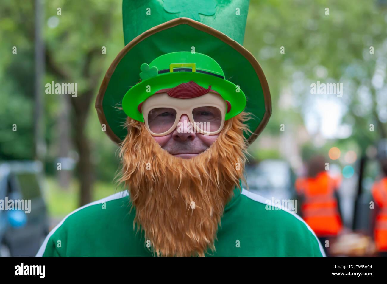 Glasgow, Ecosse, Royaume-Uni. 19 Juin, 2019. Un lutin fait une apparition à la Glasgow Taxi Sortie à Troon qui fête cette année son 74e anniversaire. C'est une sortie annuelle où plus de 100 chauffeurs de taxi de la ville s'habillent en costumes de fantaisie, décorer leurs taxis et prendre plus de 300 enfants ayant des besoins spéciaux sur une journée à la station balnéaire de Troon. Credit: Skully/Alamy Live News Banque D'Images