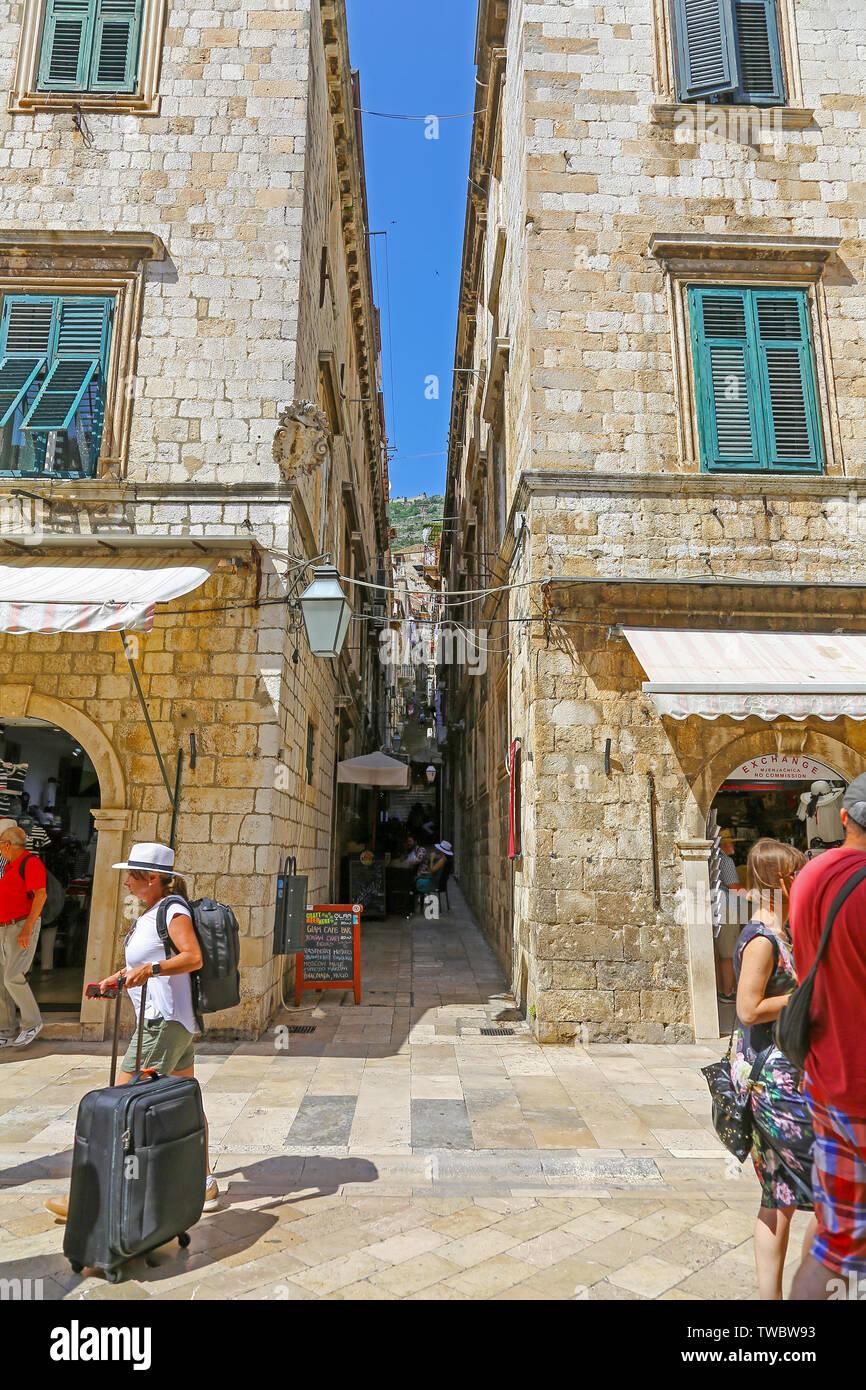 L'une des nombreuses rues étroites du Stradum ou rue principale de la vieille ville de Dubrovnik, Croatie Banque D'Images