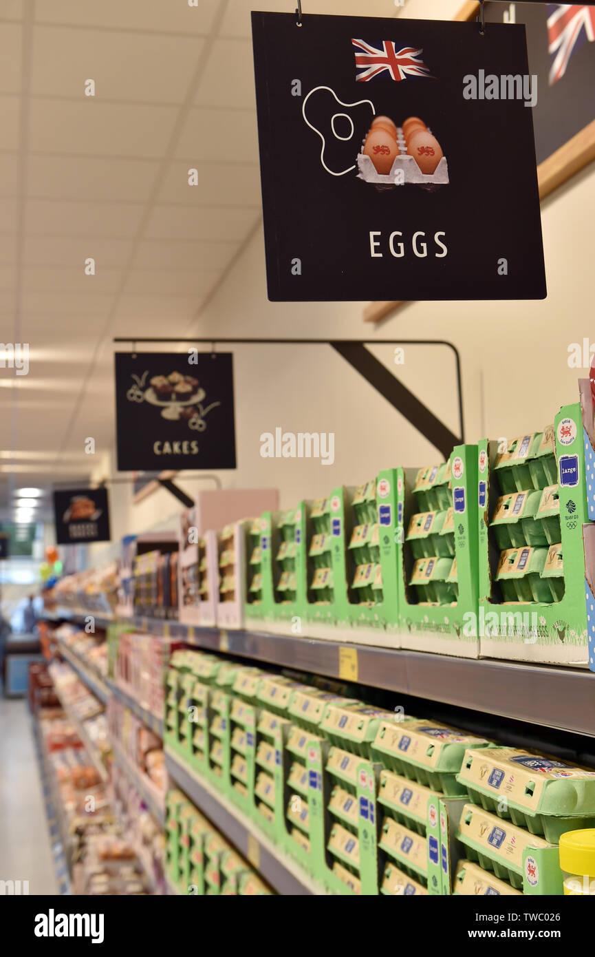 Oeufs en vente sur une étagère de supermarché UK Banque D'Images