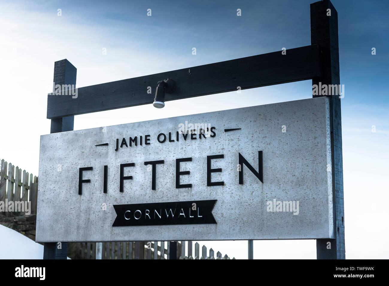 Le signe pour Jamie Olivers Restaurant quinze à Watergate à Cornwall. Photo Stock