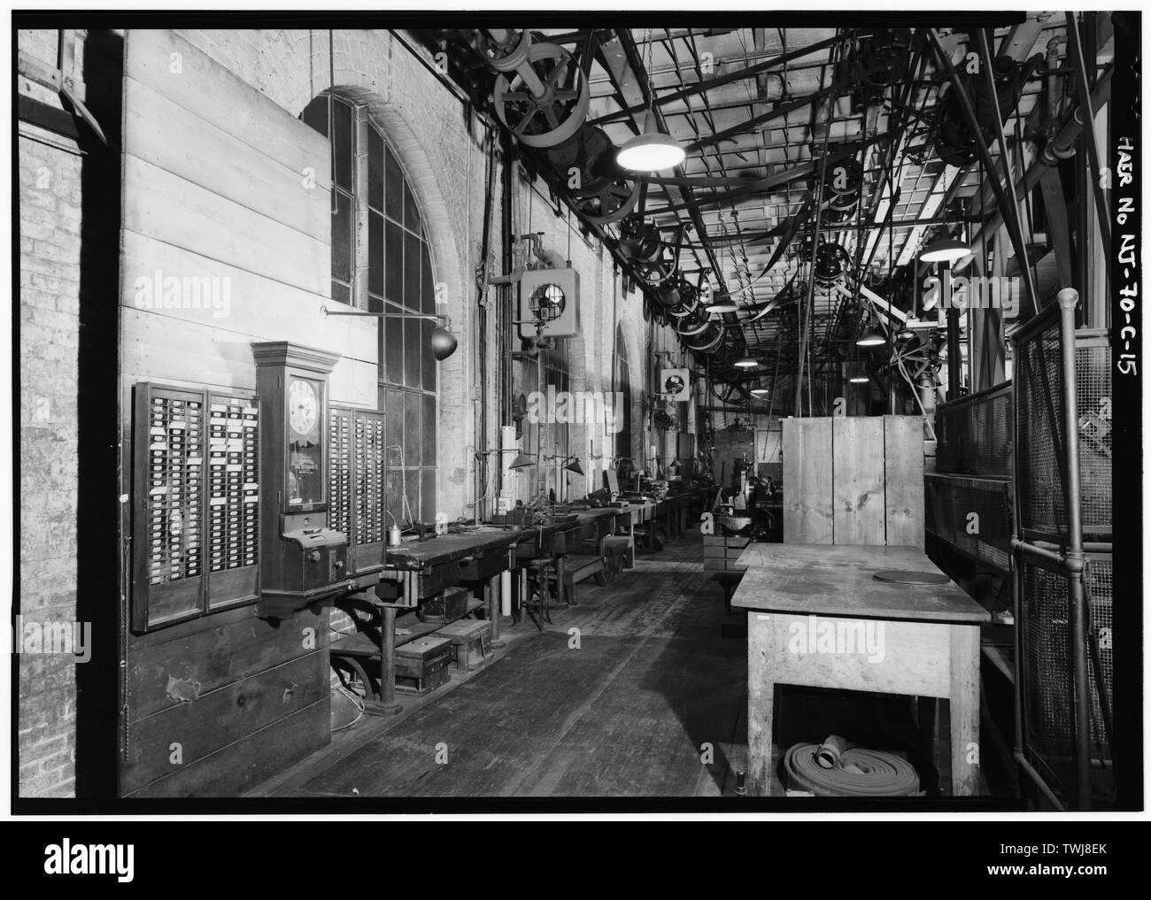 L'entrée à côté du laboratoire de la cour. Horloge temps réel utilisé pour enregistrer les temps de travail des employés. - Thomas A. Edison Laboratories, Bâtiment n° 5, West Orange, comté d'Essex, NJ Banque D'Images