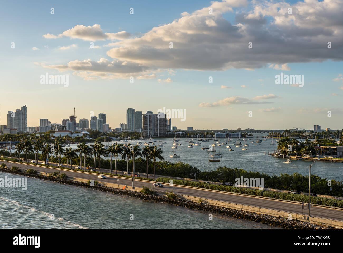 Miami, FL, United States - 20 Avril 2019: Avis de MacArthur Causeway et la baie de Biscayne à Miami, Floride, États-Unis d'Amérique. Banque D'Images