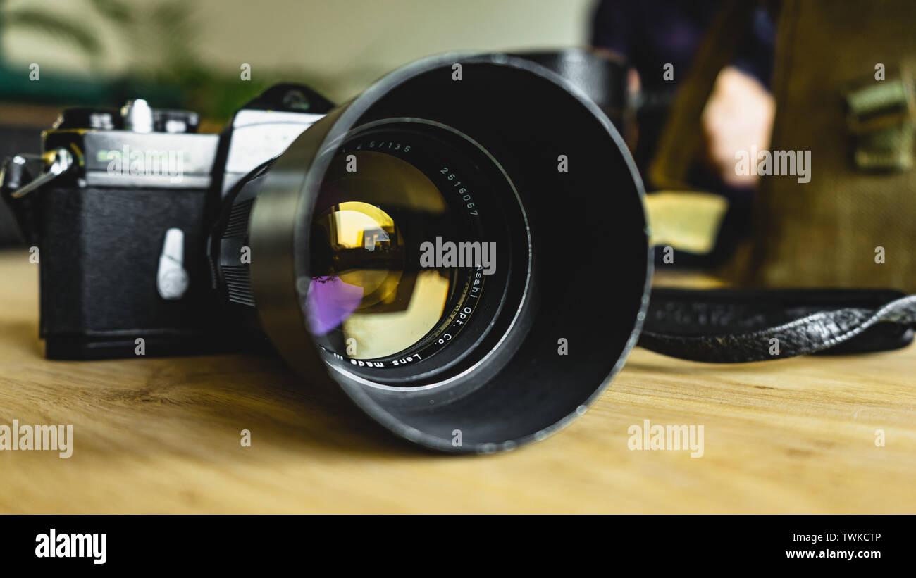 Ancien, vintage, style retro camera Pentax Spotmatic sur table en bois Photo Stock
