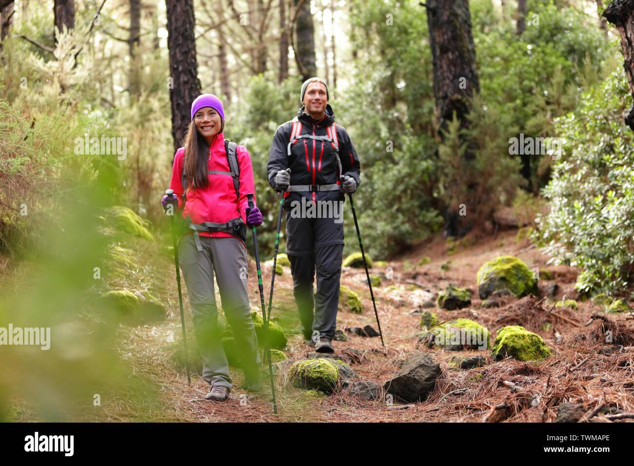 Couple Randonneur randonneurs randonnée en forêt le chemin dans les montagnes. La femme et l'homme multiraciale vivant une vie active saine profiter de la nature à La Esperanza forest, Tenerife, Canaries, Espagne. Banque D'Images