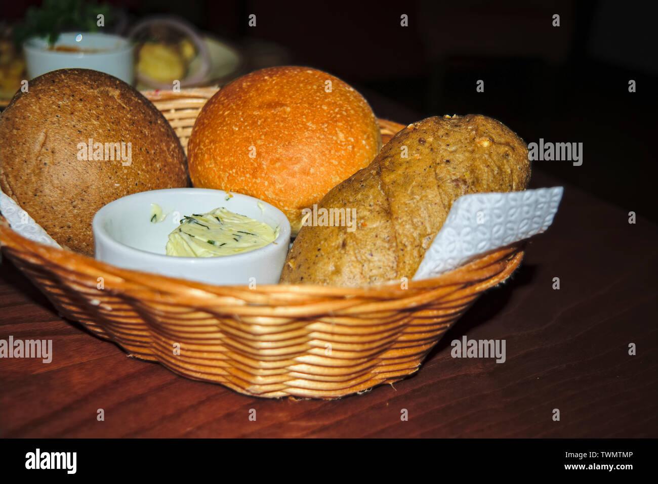 Délicieux, du pain frais de divers choix dans un panier de paille. Banque D'Images