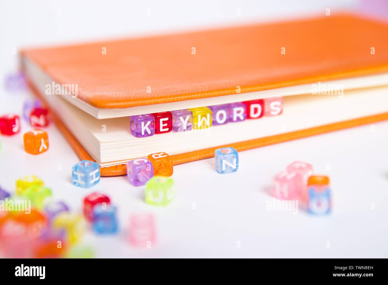 Mots-clés mot sur cordon coloré bloquer comme signet dans livre. recherche de mots-clés et le contenu marketing idée concept Banque D'Images
