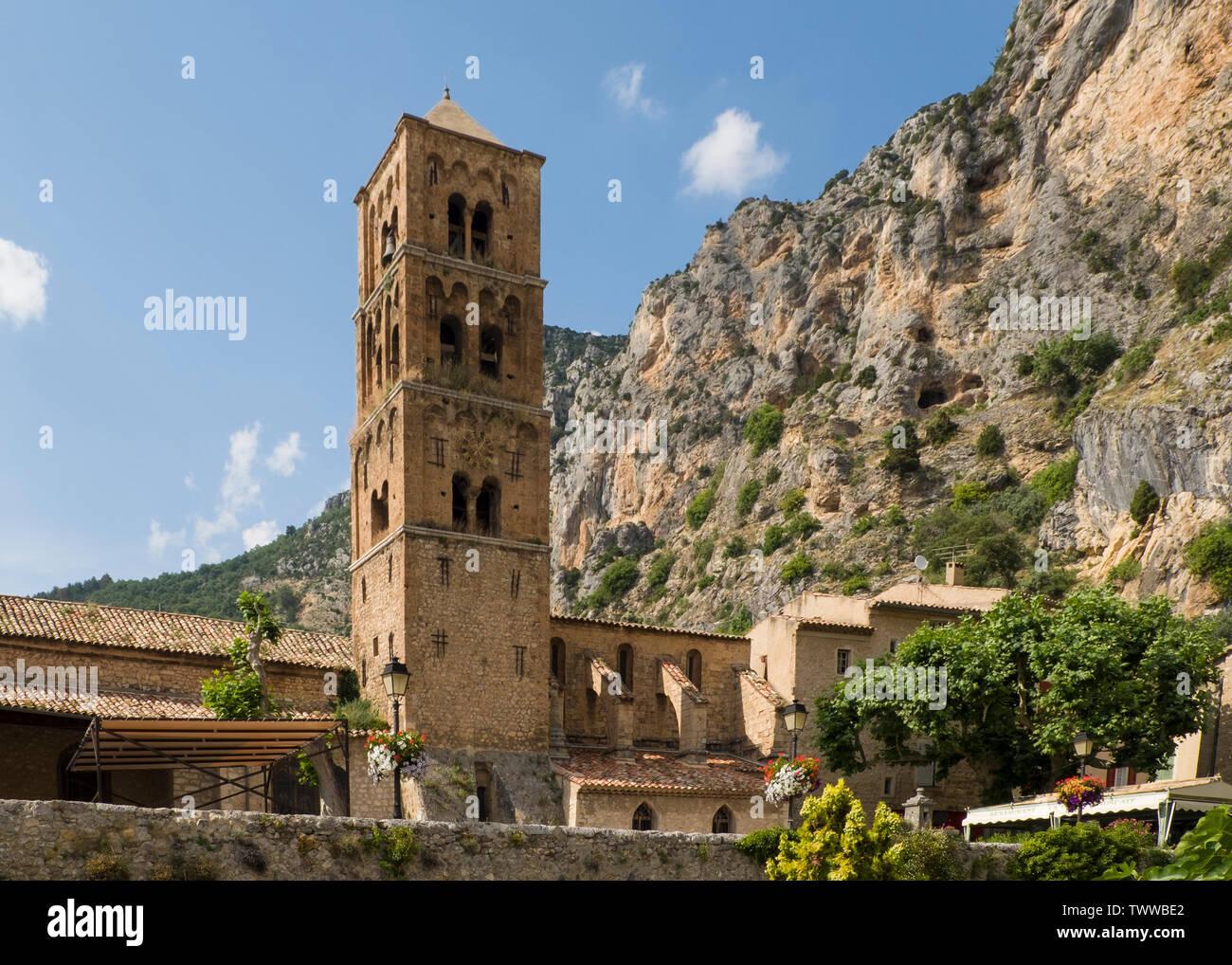 Clocher de l'église Notre-Dame de l'Assomption à Moustiers-Sainte-Marie, un village provençal construit en terrasses sur le flanc d'une falaise de calcaire. Banque D'Images