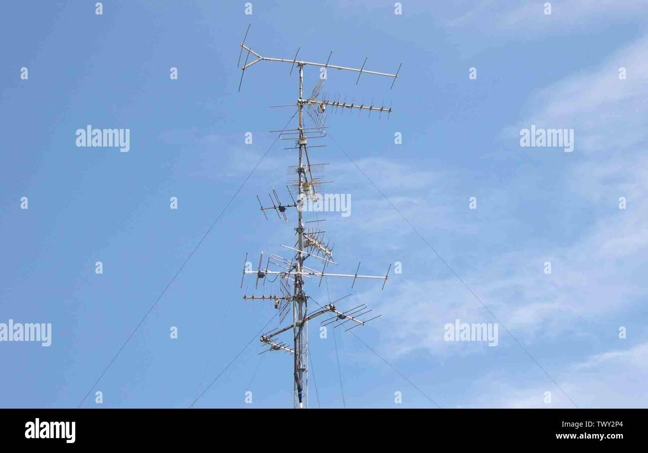 English: 'Vue d'une antenne de réception télévision VHF-UHF, terrestre, en zone fund, Mulhouse, permettant de capter les chaînes françaises, allemandes et suisses. Toutes les antennes sont en polarisation horizontale sauf celle destinée au réseau 5 et 6. Les antennes françaises sont dirigées vers l'émetteur de Mulhouse-Bevédère, les antennes suisses vers émetteur Bâle Skt Chischona TV, les Ordons ou le Chasseral, les antennes allemandes vers le Kaiserstuhl-Totenkopf (33-58) et le Mont Feldberg ou alternative, Hornisgrinde (canal E9). Photo de S.Nueffer. Reproduction libre.; 5 août 20 Photo Stock