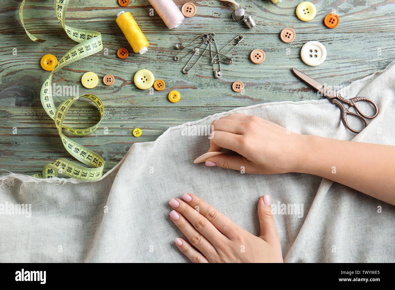 Tailleur femme avec un tissu et craie à tableau en bois Photo Stock