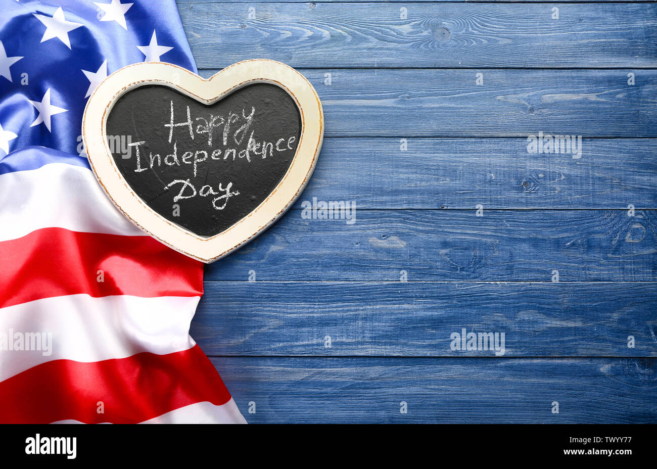 Tableau avec texte joyeuse fête de l'indépendance et le drapeau national de l'USA sur table en bois Photo Stock