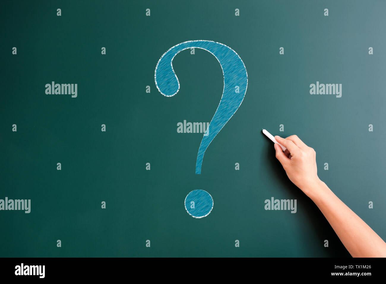Question mark drawed sur tableau noir Photo Stock