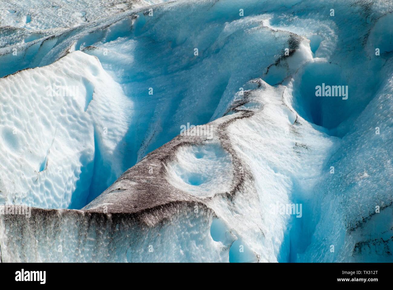 Résumé Les formes et les lignes de glace de glacier avec de la poussière et du sable sur la glace bleu et blanc Banque D'Images