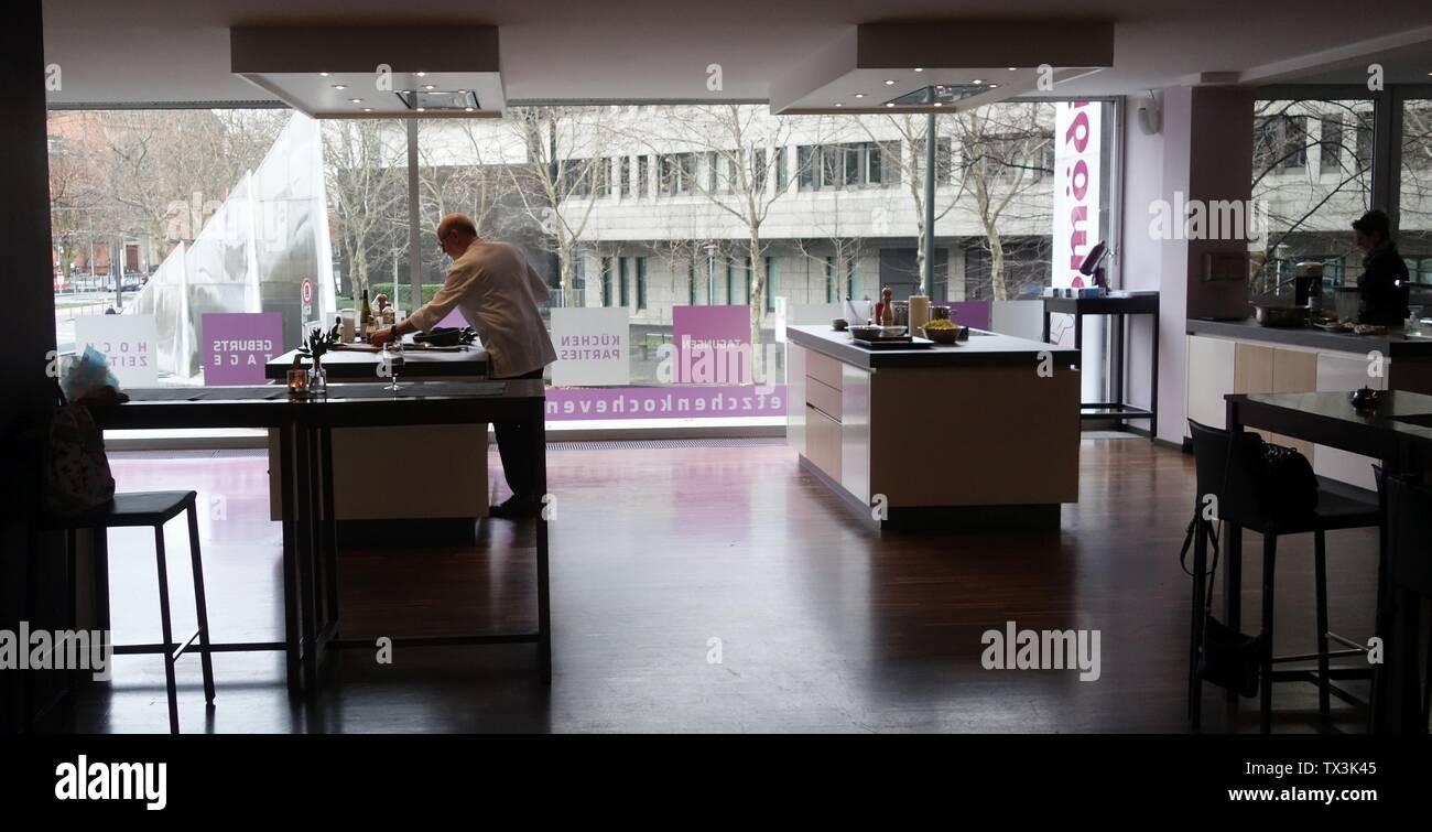 "Frank Petzchen, Kochkurse, Düsseldorf, Steinstraße 32, Januar 2019. Blick auf den Dreisegelbrunnen. Koch: Hartmut Kolmer, 5-Gängiges Menue ""Schnitzeljagd"".; Pris le 6 janvier 2019; Propre travail; Kürschner (talk) 17:25, 6 janvier 2019 (UTC); Banque D'Images"