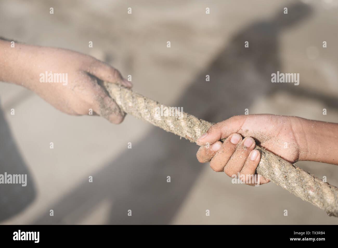 Libre de mains tirant une corde. concept d'équipe, effort et rival Photo Stock