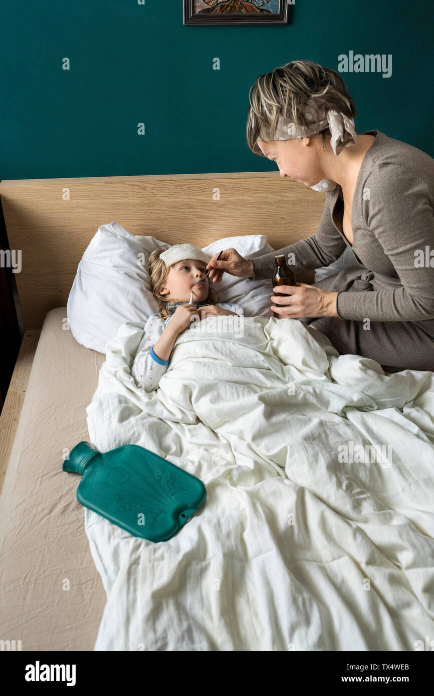 Donner Un Medicament A Mere Fille Malade Au Lit Photo Stock Alamy