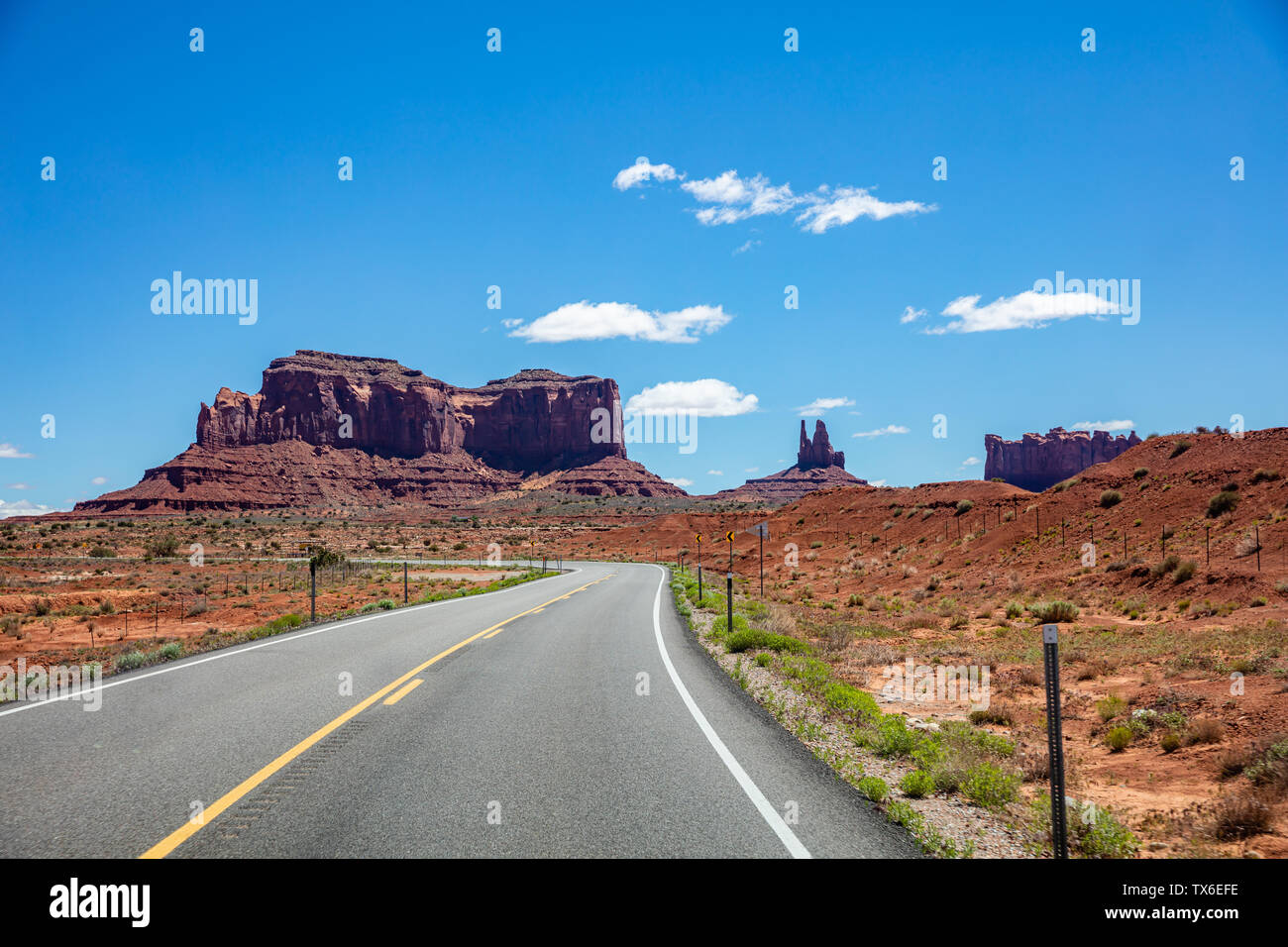 Monument Valley Navajo Tribal Park Road, dans la frontière Arizona-Utah, États-Unis d'Amérique. La route panoramique à red rock formations, journée ensoleillée en spr Banque D'Images
