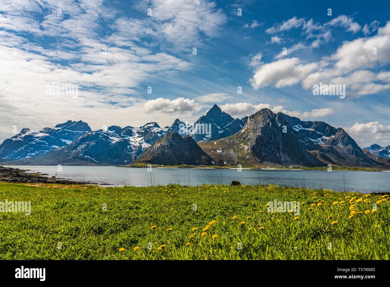 Belle et spectaculaire fjord, îles Lofoten, Norvège sur une journée de printemps ensoleillée avec les dernières neiges sur les montagnes Banque D'Images