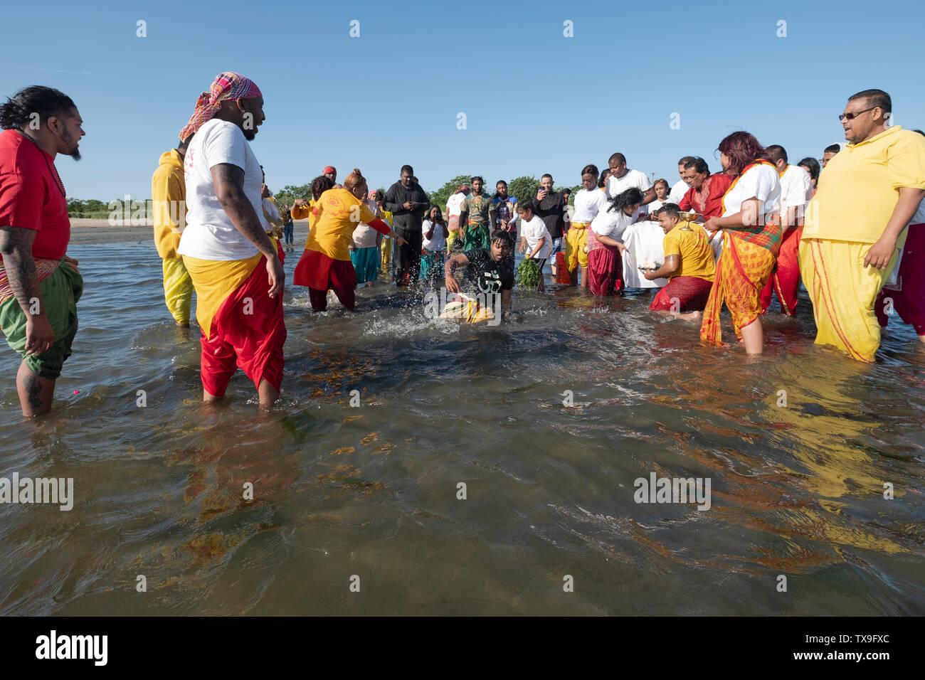 Avant le rituel de purification de la MAA GANGA, un POOSAI nettoie pujari lui-même. Dans le Queens, à New York . Photo Stock