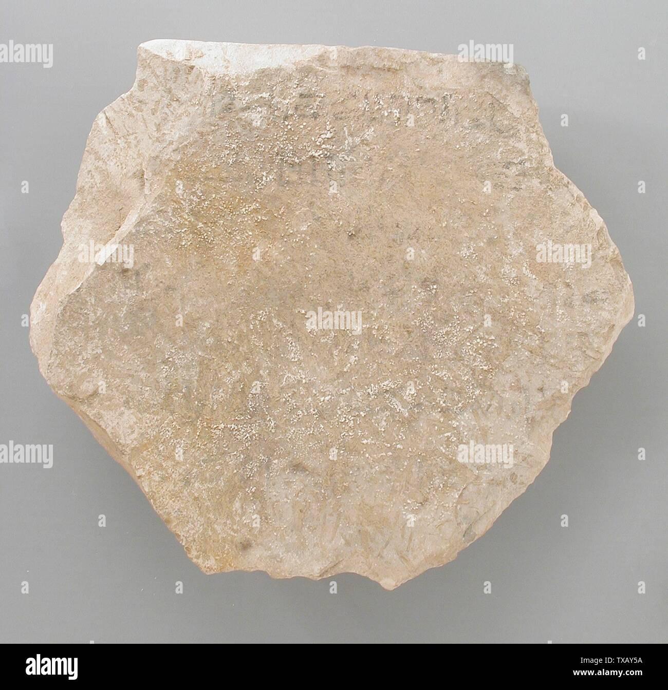 'Ostracon avec un hymne non identifié; l'Égypte, Nouvel Empire, 19e et 20e dynastie (1315 - 1081 avant notre ère) Outils et équipement; calcaire ostraka 5/16 6 x 7 1/4 in. (16 x 18,4 cm Don de Carl W. Thomas (M.80.203.207) L'art égyptien; 19e et 20e dynastie (1315 - 1081 avant notre ère); ' Photo Stock