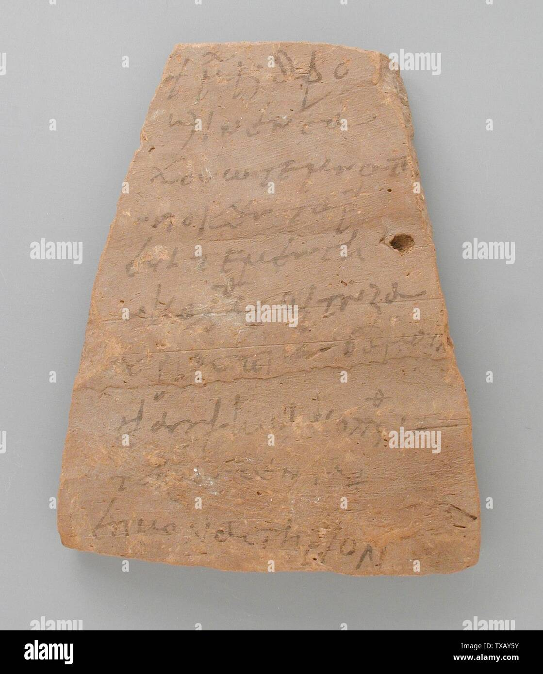 Avec l'inscription 'Ostracon copte; Anglais: Egypte, période copte 250-600 , les outils et l'équipement; Don de terre cuite ostraka Jerome F. Snyder (M.80.202.192) L'art égyptien; 250-600; ' Photo Stock
