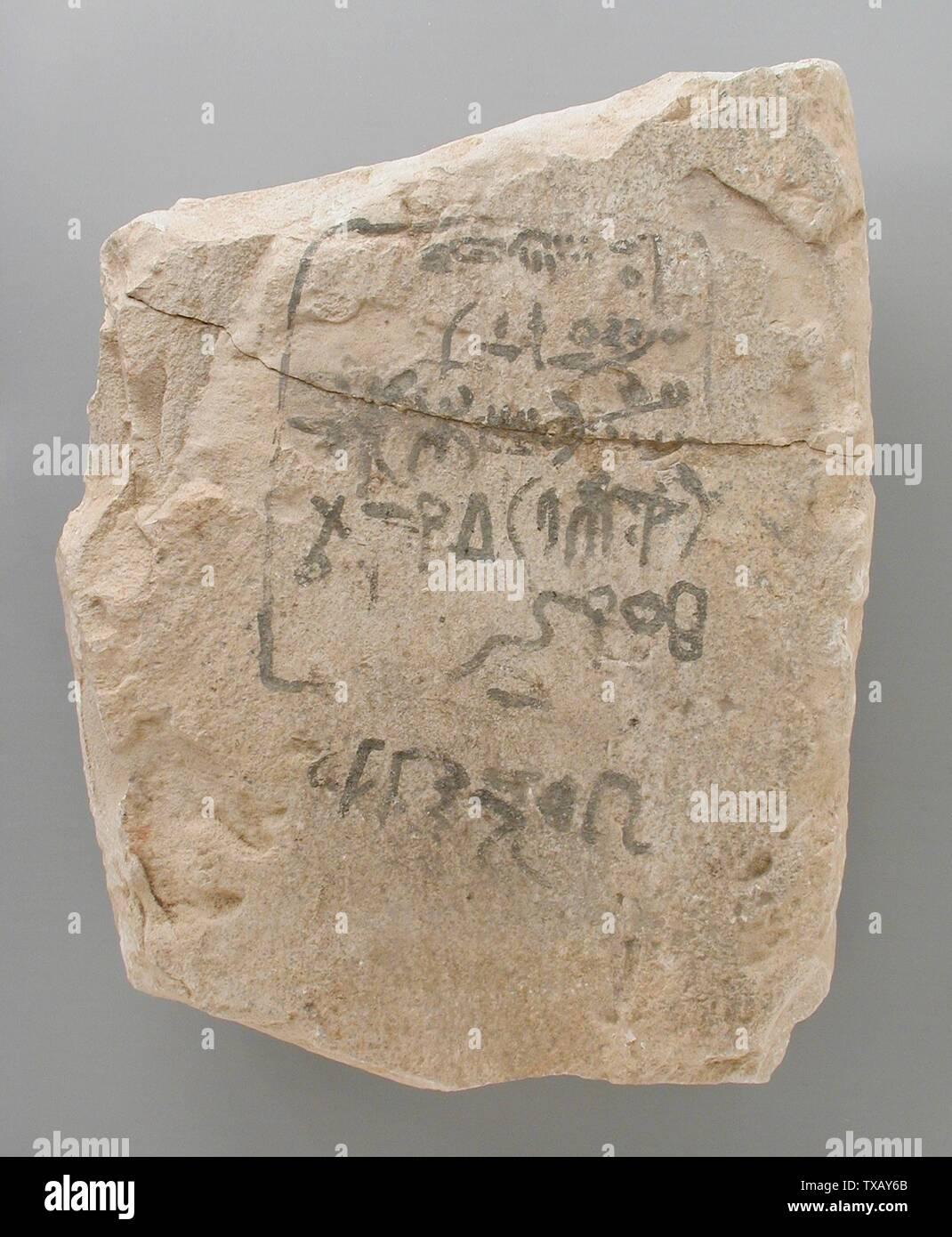 'Ostracon avec Esquisse d'une stèle avec son texte; l'Égypte, Nouvel Empire, 18e dynastie, règne de Thoutmosis III (1504 - 1452 avant notre ère) Outils et équipement; calcaire ostraka 8 1/8 po x 6 5/16 in. (20,6 x 16 cm) Don de Carl W. Thomas (M.80.203.208) L'art égyptien; règne de Thoutmosis III (1504 - 1452 avant notre ère); ' Photo Stock