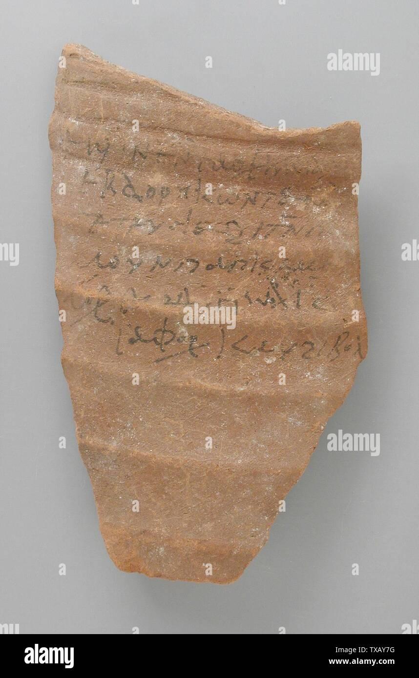 Avec l'inscription 'Ostracon copte; Anglais: Egypte, période copte (250 - 650 CE) Outils et équipements; Don de terre cuite ostraka Jerome F. Snyder (M.80.202.186) L'art égyptien; période copte (250 - 650 CE); ' Photo Stock
