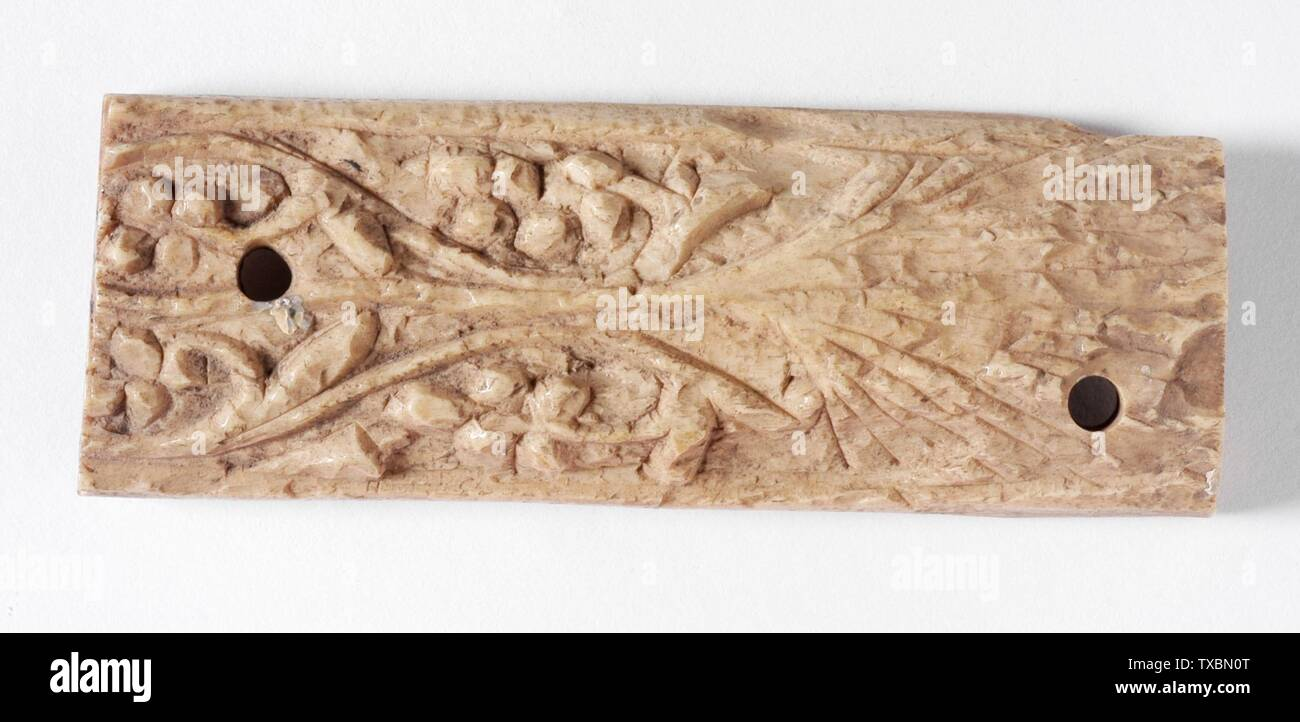 """Plaque """"; Anglais: Égypte, 8e siècle sculpté en os, Sculpture 3 15/16 x 1 3/8 in. (10 x 3,49 cm) La Collection d'Art Islamique de Madina, don de Camilla Chandler Frost (M.2002.1.536) L'Art Islamique; 8e siècle QS date:P571,+750-00-00T00:00:00Z/7; ' Photo Stock"""